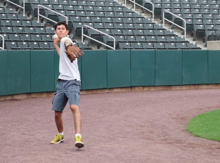 71313 Mateo Throwing Ball